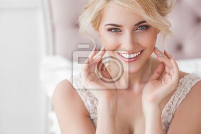 Naklejka Zamyka w górę portreta młoda piękna kobieta indoors