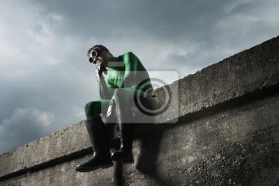 Zamyślony zielony superbohater