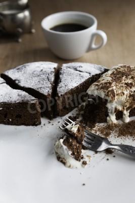 Naklejka Zbliżenie domowe Belgia ciasto czekoladowe na białym talerzu z filiżanką czarnej kawy