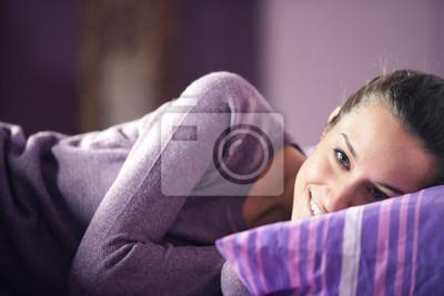 Zbliżenie młodej kobiety leżącej na łóżku