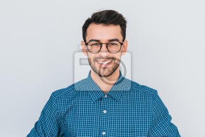 Naklejka Zbliżenie portret przystojny mądrze ono uśmiecha się z toothy uśmiechu męskim pozować dla ogólnospołecznej reklamy, odizolowywającej na białym tle z kopii przestrzenią dla twój promocyjnej zawartości