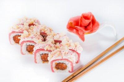 Naklejka zbliżenie rolki sushi z pałeczki i imbiru (płytkie DOF)