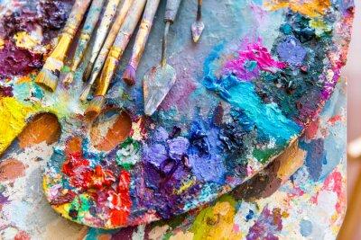 Naklejka Zbliżenie z palety sztuki z kolorowymi mieszanych farb i paintbrushed