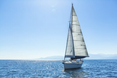 Naklejka Żeglarstwo jachty z białymi żaglami statku na otwartym morzu.