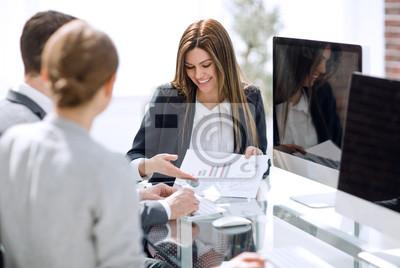 Naklejka zespół biznesowy analizujący wyniki finansowe