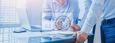 Naklejka zespół biznesowych pracujących razem w biurze, transparent tło pracy zespołowej
