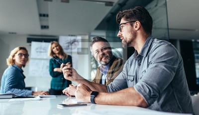 Naklejka Zespół specjalistów omawiający nowy projekt biznesowy