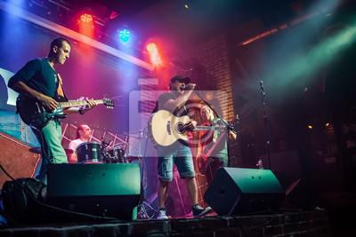 Naklejka Zespół występuje na scenie w nocnym klubie