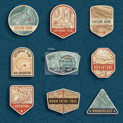Naklejka Zestaw dziewięciu symboli podróży mapę topograficzną. Przygodowe emblematy przygodowe, odznaki i łaty na logo. Obóz leśny etykiety w stylu vintage. Mapa wzór z tekstury i siatki górskiej