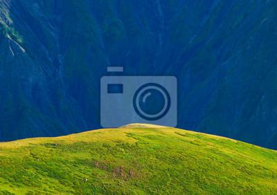 Zielone wzgórza w dolinie górskiej. Piękny krajobraz