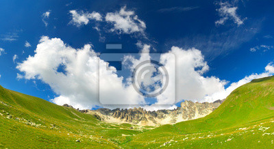 Zielone wzgórza w rejonie górskim.