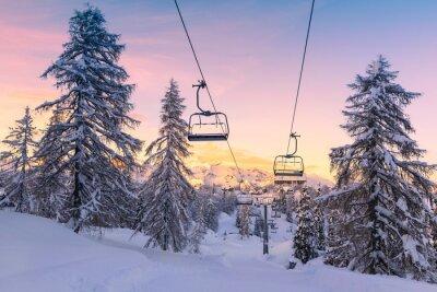 Naklejka Zima w górach panorama z tras narciarskich i wyciągów narciarskich