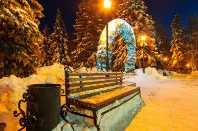 Naklejka zimowych nocy miasto ławki i płonące lampy uliczne