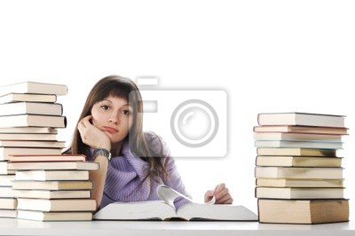 Zmęczony studiów, młoda kobieta siedzi na jej biurko z książek
