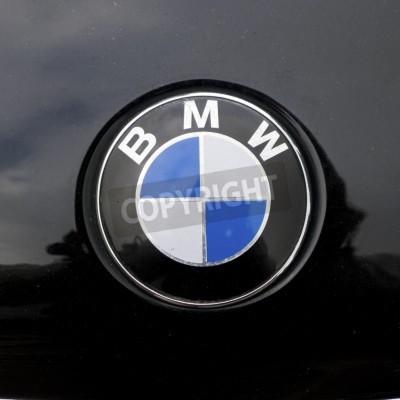 Naklejka znak na bmw samochodu miesza się z czarnym