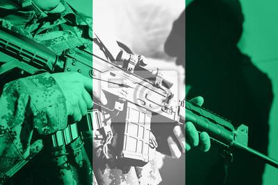 Naklejka Żołnierz z karabinem maszynowym z flagą Nigerii