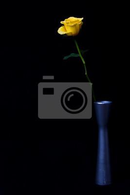 Żółta róża w srebrnym wazonie