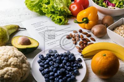 Naklejka zrównoważony plan diety ze świeżą, zdrową żywnością na stole