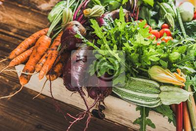 Naklejka Życiorys organicznie warzywa na rolnika rynku, rolny świeży warzywa pudełko na drewnianym tle, jarski karmowy pojęcie