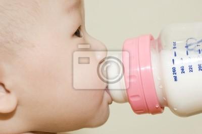 6 miesięcy Asian chłopiec pije mleko butelka