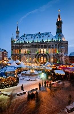 Aachener Weihnachtsmarkt mit Rathaus im Hintergrund