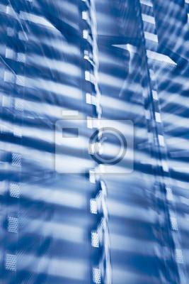 Abstrakcjonistyczny błękitny futurystyczny tło robić zoomować kamerę wskazującą przy nowożytnym budynkiem przy nocą.