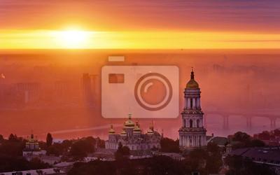 Aerial widok na wschód słońca w Kijowie-Pechersk - jeden z głównych symboli w Kijowie, Ukraina