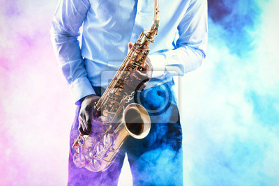 Obraz African American muzyk jazzowy gra na saksofonie przeciwko kolorowym tle zadymionych