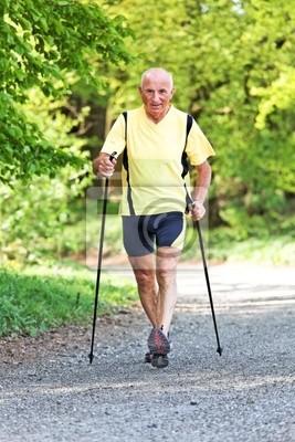 Älterer Mann beim Nordic Walken
