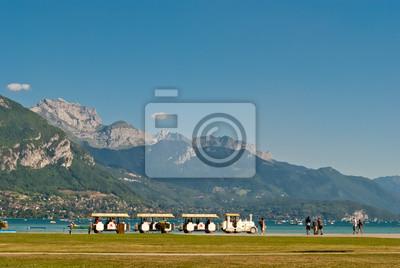 Annecy jezioro i turistic pociąg, Francja