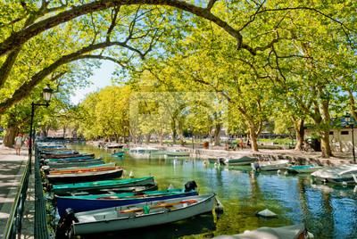 Annecy, łodzie i kanał z mostem zakochanych