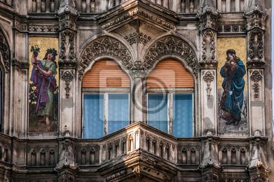 Architektoniczne balkon budynku publicznego w Budapeszcie na Węgrzech. Jest ozdobiona mozaikami przedstawiającymi postacie kobiece