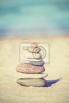 Archiwalne stylu retro kamień piramidy na plaży, Zen spa tle