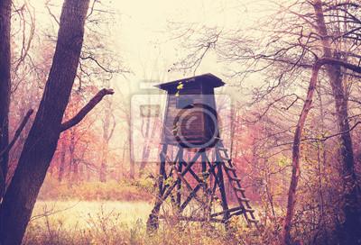 Archiwalne zdjęcie polowanie filtrowane ambona w lesie.