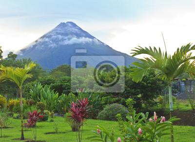 Arenal Volcano in delikatne chmury