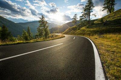 Obraz Asfaltowa droga w Austria, Alps w letnim dniu.