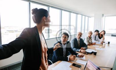 Obraz Asian businesswoman dając prezentację współpracowników