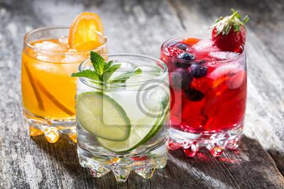 Obraz Asortyment świeżych lodowatej napojów owocowych na tle drewniane