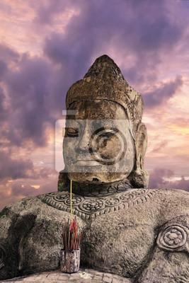 Asura statua na zmierzchu nieba tle