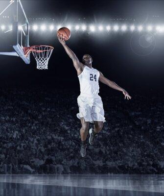 Obraz Athletic African American Basketball Player strzeleniu kosz Layup podczas profesjonalnej gry w koszykówkę w zatłoczonym arenie