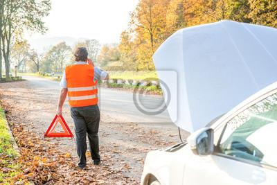 Auto Range, kierowca jest w trójkąt ostrzegawczy i otwartym kapturze