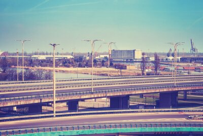 Autostrada wiadukt z infrastruktury portowej w tle.
