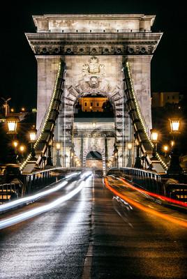 Autostrady i łuk architektura Most Łańcuchowy w nocy w Budapeszcie, stolicy Węgier
