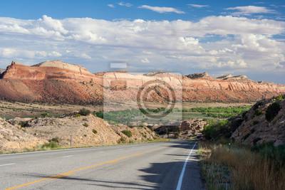 Autostrady przebiegającej przez kaniony Starożytnych National Monument, Kolorado, USA
