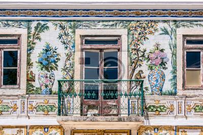 Balkon typowego domu w Portugalii, ozdobiony ceramiki, które mają kwiaty, owoce i zwierzęta, w Lizbonie