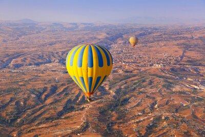 Obraz Balon na ogrzane powietrze lecący nad Kapadocja