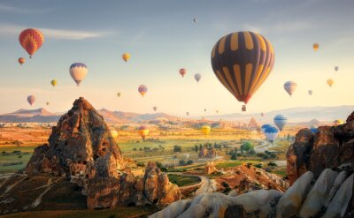 Obraz Balony na ogrzane powietrze latające nad spektakularną Kapadocją. Turcja