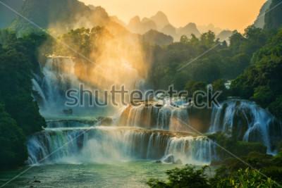Obraz Bangioc - wodospad Detian zawartości się na granicy Chin i Wietnamu, to słynny spadek wody z obu krajów. W pobliżu wodospadu można zobaczyć turystę z łodzi.