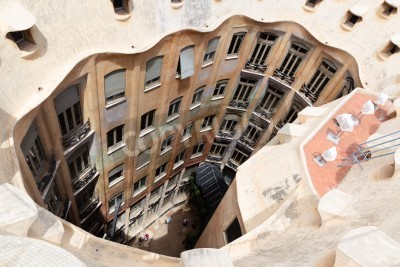 Obraz BARCELONA - 18 lipca: Abstract Chimey z Casa Mila (La Pedrera) w dniu 18 lipca 2011 w Barcelonie, Hiszpania. La Pedrera został zbudowany w 1906-1910 przez najsłynniejszego kataloński architekt Anthoni