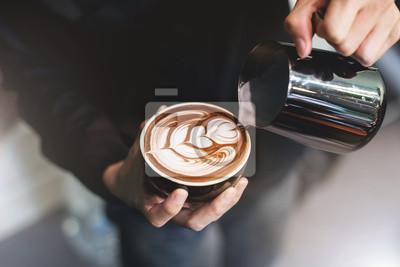 Obraz Barista przygotowuje kawę do filiżanki latte